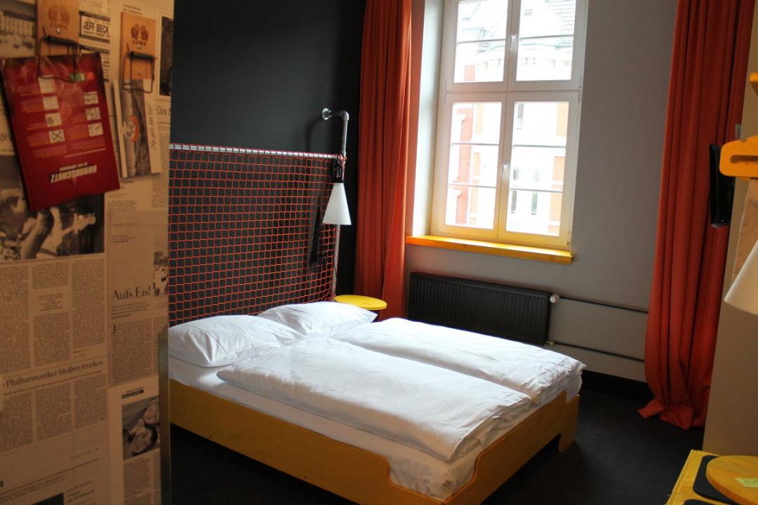 bild garderobe mit originellen kleiderhaken zu hostel. Black Bedroom Furniture Sets. Home Design Ideas