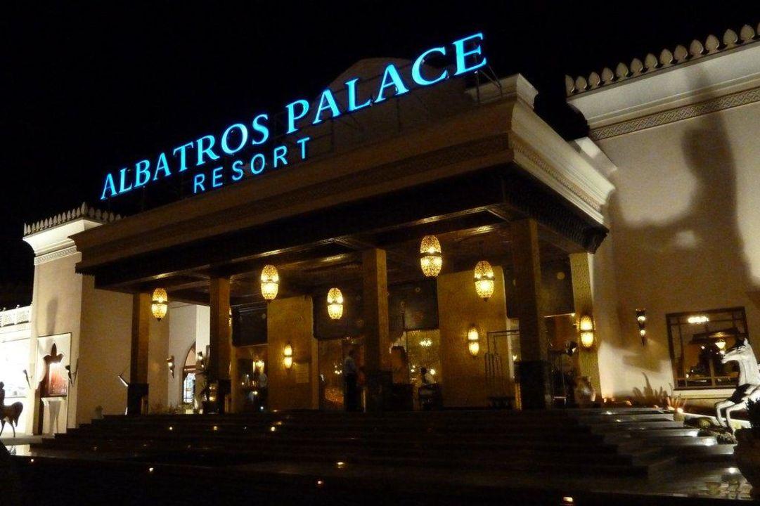 Hoteleingang am Abend Albatros Palace Resort