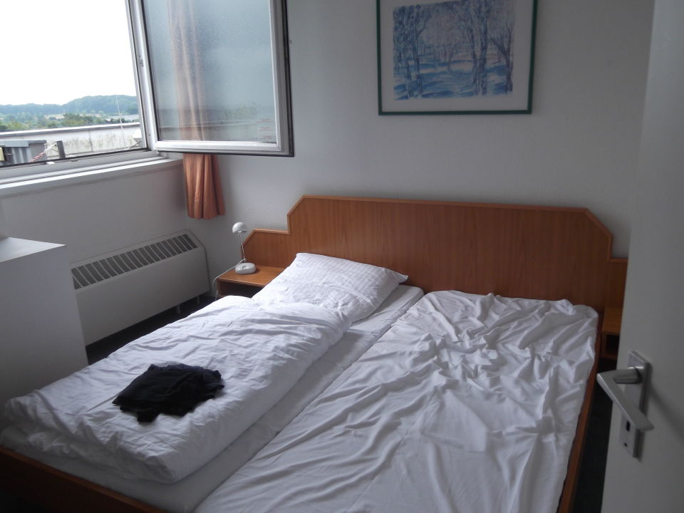 bild fenster im schlafzimmer schmutz und schimmel zu. Black Bedroom Furniture Sets. Home Design Ideas