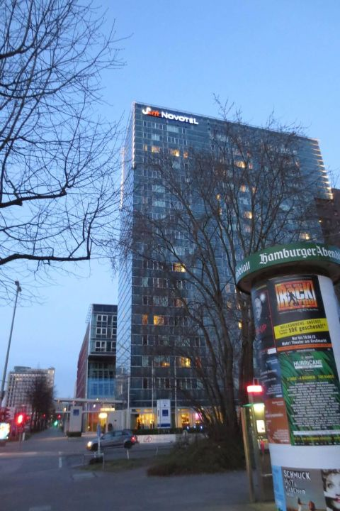 Das Hotel Vom Ausgang Der U Bahn Betrachtet Novotel Suites Hamburg