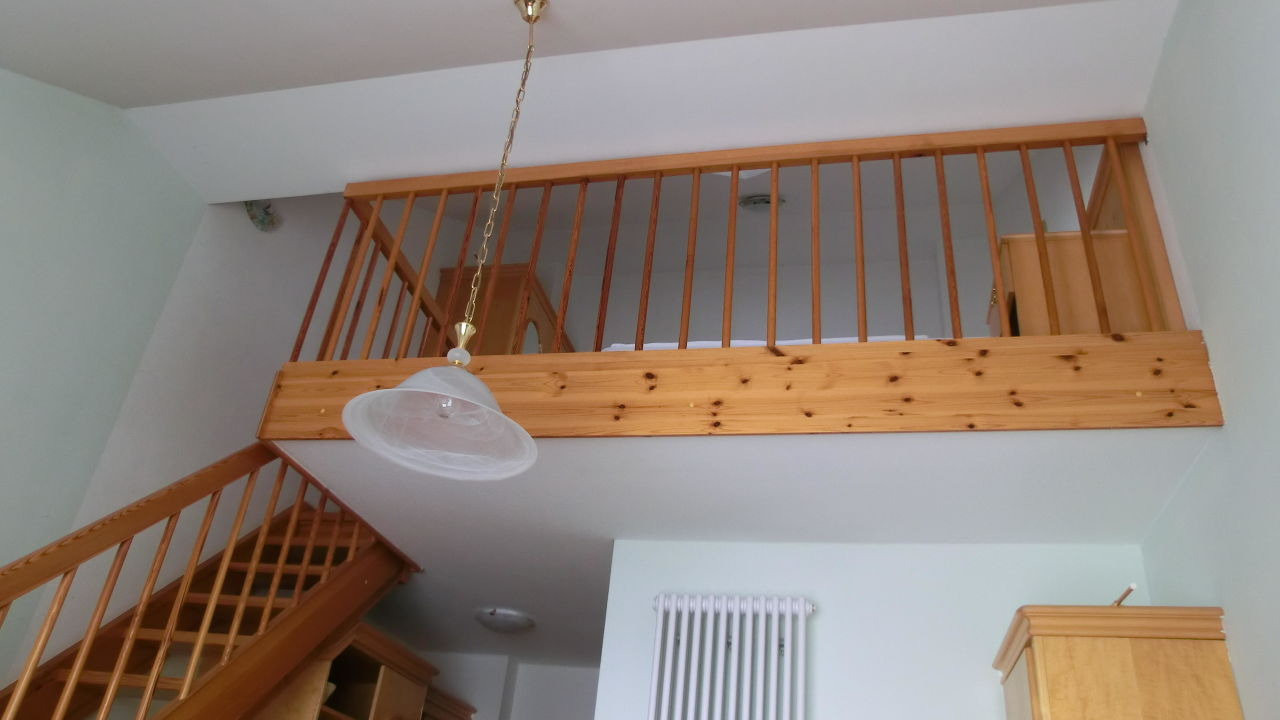 """blick von treppe auf wohnzimmer galerie"""" villa gutshof in, Wohnzimmer"""