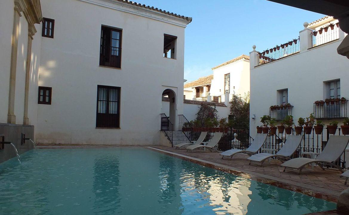 Открытый бассейн Hotel Las Casas de la Juderia