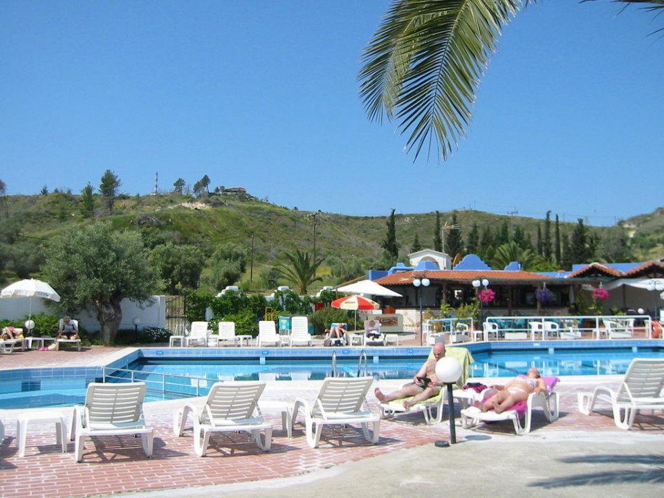 Teil des großen Pools Ioli Village Apartments