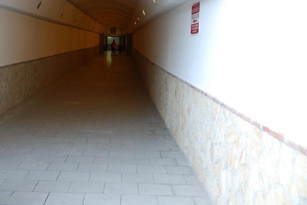Tunel prowadzący do wind Hotel Antares