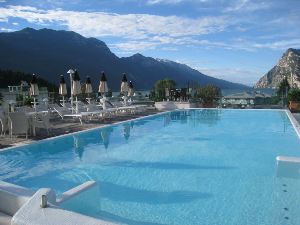 pool auf dem dach hotel kristal palace tonellihotels riva del garda holidaycheck. Black Bedroom Furniture Sets. Home Design Ideas