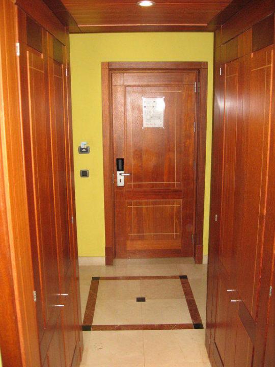 Eingang vom Zimmer, links und rechts sind Schränke Lopesan Costa Meloneras Resort, Spa & Casino