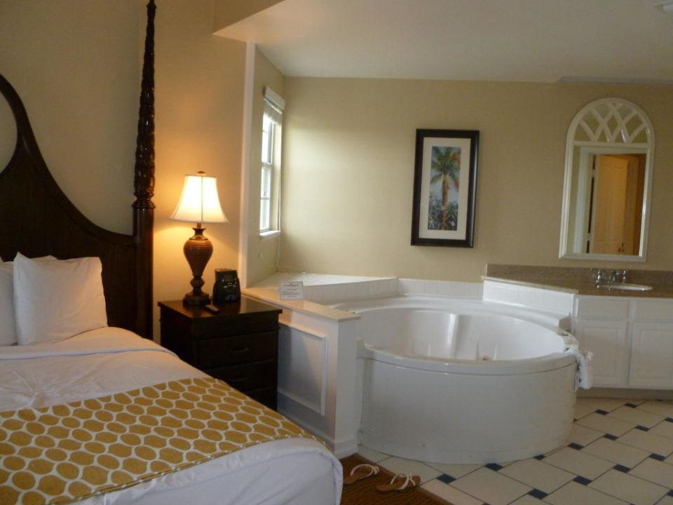 Schlafzimmer der Suite mit integriertem Whirlpool\