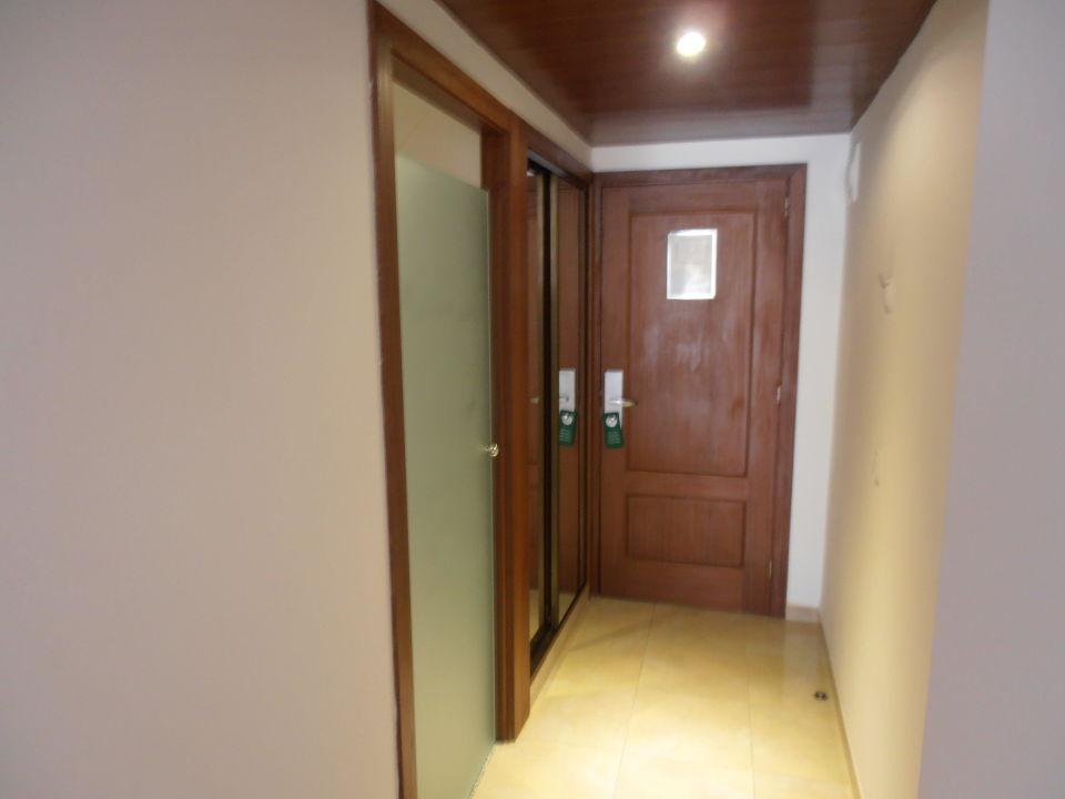 Die oben offene Badezimmertür>>Lüftung\