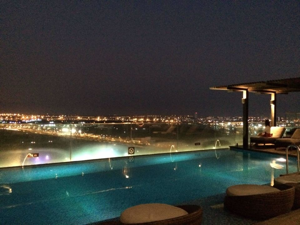 pool mit bar auf dem dach hotel liberty central saigon riverside th nh ph h ch minh ho. Black Bedroom Furniture Sets. Home Design Ideas