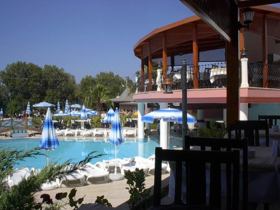 Blick vom Restaurant über die Pools zum Meer Hotel Golden Beach