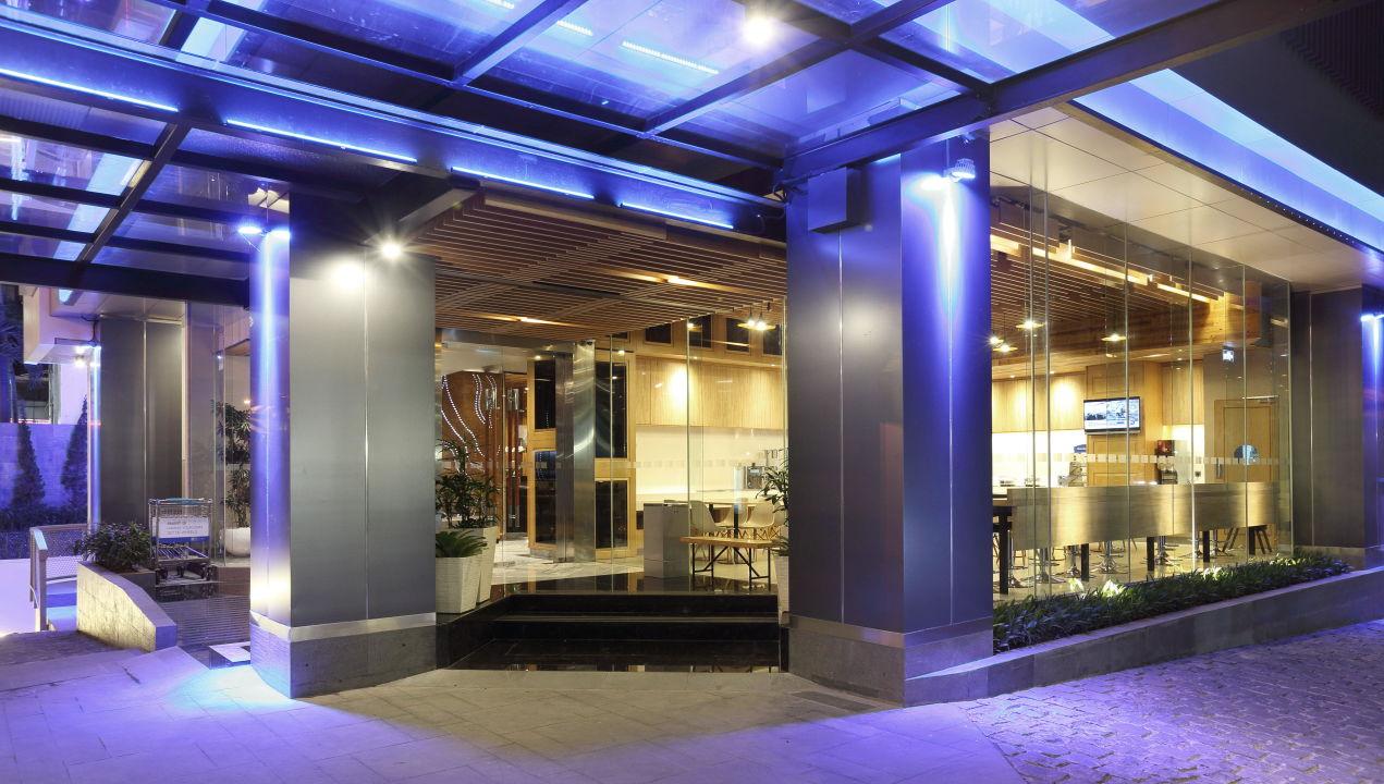 Hotel Main Entrance Holiday Inn Express Jakarta Thamrin