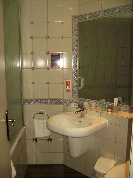 bild schreibtisch mit stuhl und flach tv zu hotel ibis. Black Bedroom Furniture Sets. Home Design Ideas