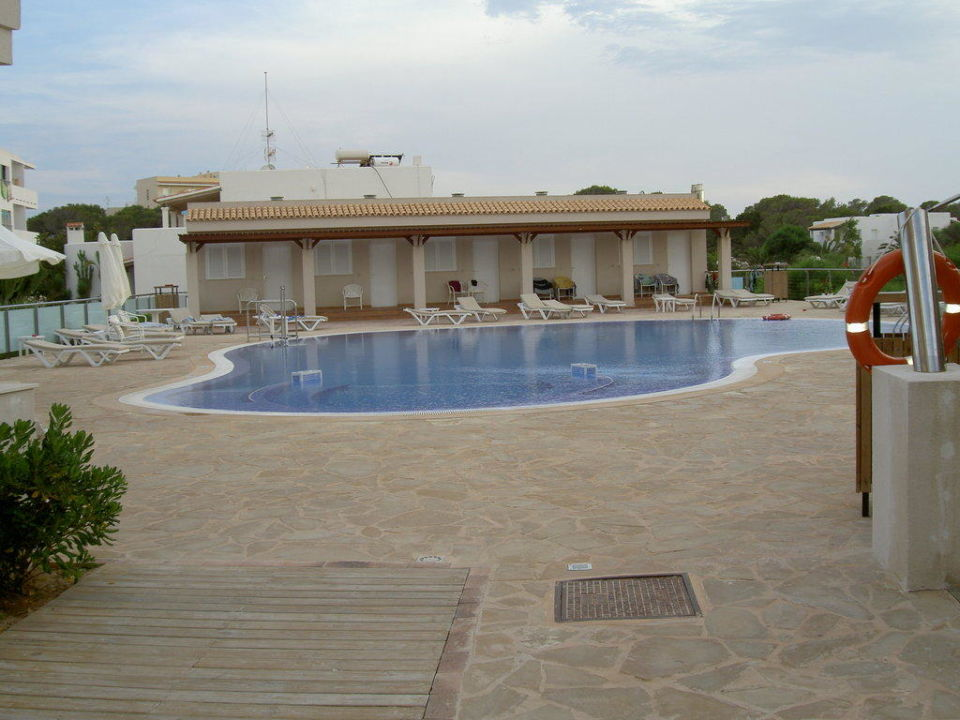 Pool mit Blick auf Zimmer außerhalb vom Hotel Hostal Tahiti