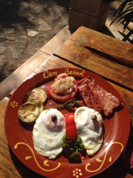 Frühstück mit Gesicht Finca Ca'n Bessol