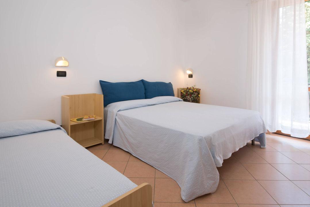 Ampia camera da letto con balcone vista mare\