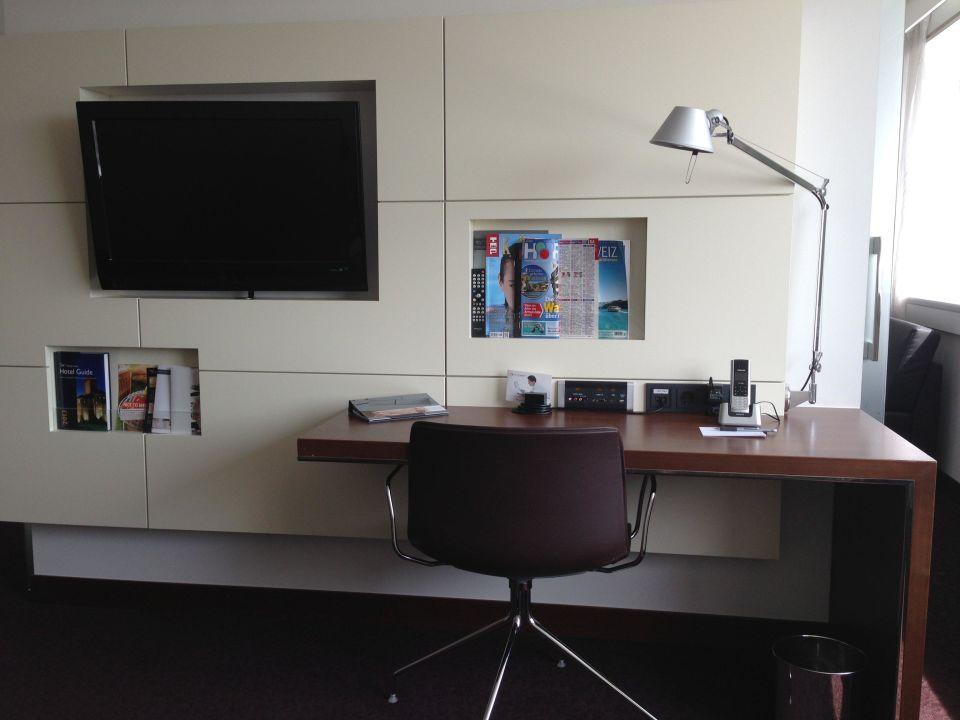 wohnzimmer tv und schreibtisch hotel pullman cologne k ln holidaycheck nordrhein. Black Bedroom Furniture Sets. Home Design Ideas
