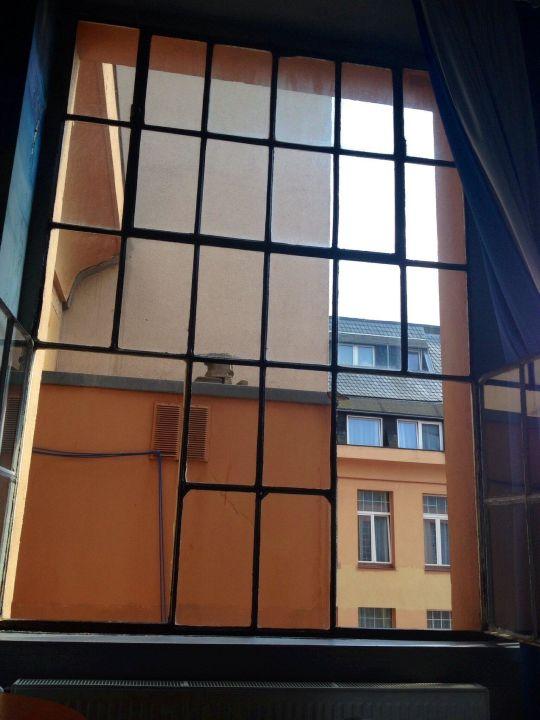 Bild fenster zum hof zu art fabrik hotel in wuppertal for Fenster zum hof