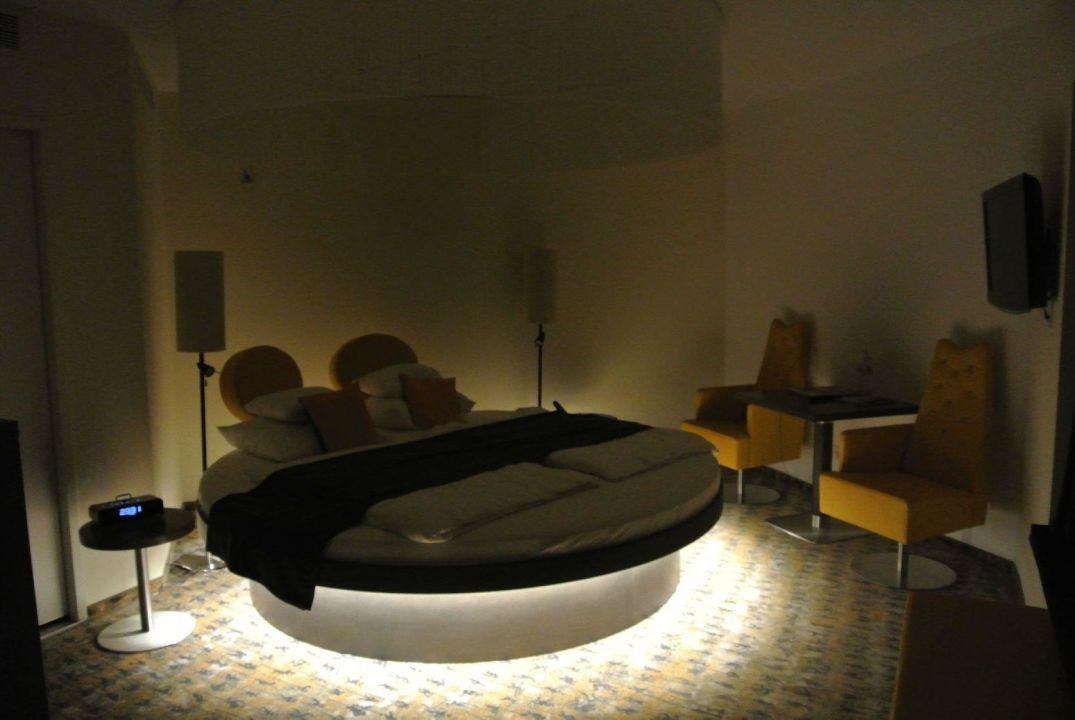 rundes bett beleuchtet im superiorzimmer arcotel onyx hamburg in hamburg holidaycheck. Black Bedroom Furniture Sets. Home Design Ideas