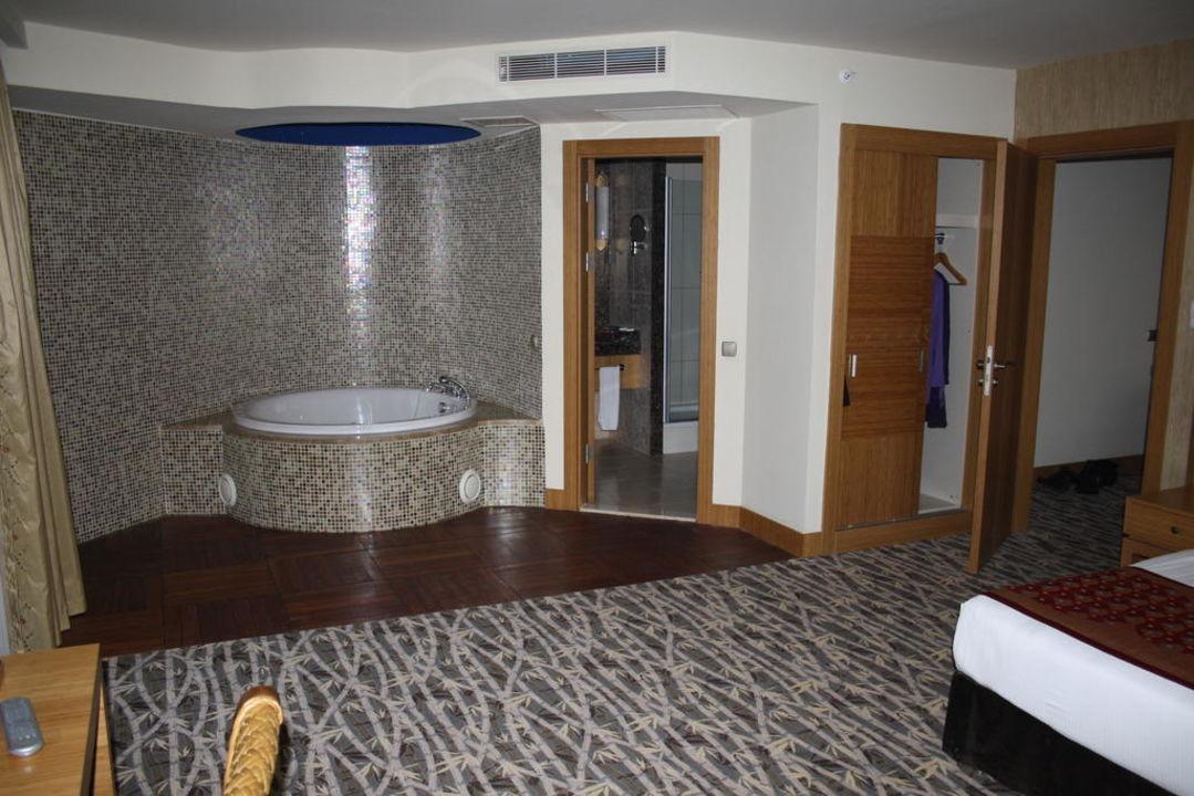 Eigener spa bereich mit jacuzzi im zimmer hotel royal for Hotel mit jacuzzi im zimmer nrw