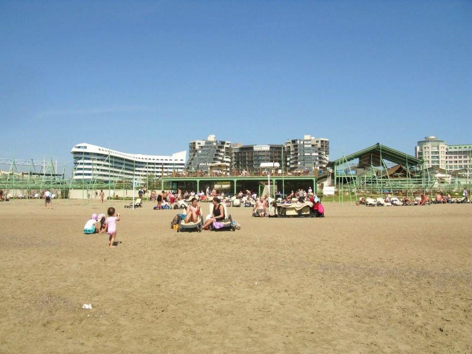 Breiter Strand, am Wasser größere Kiesel-/Steine Hotel Limak Lara de Luxe