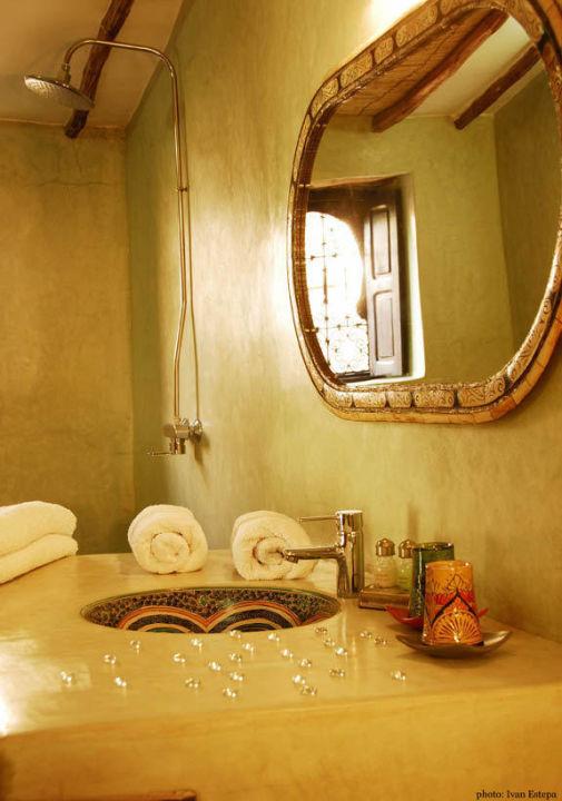 Salle de bains en tadelakt et douche a l\'italienne\