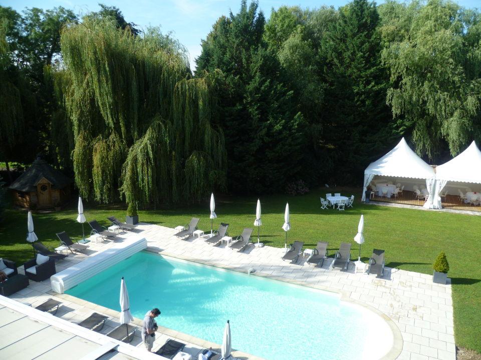 Schöner Garten mit Pool\