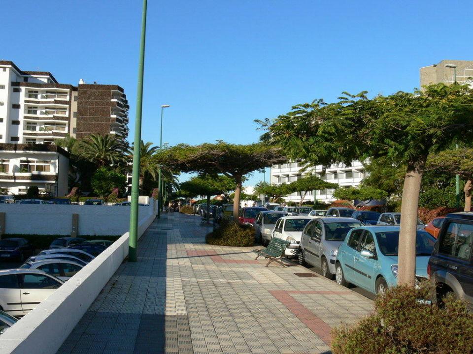 Vor dem Hotel Blue Sea Puerto Resort