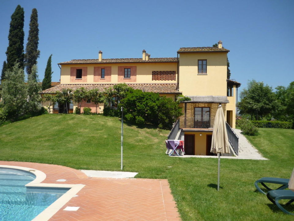 Blick vom Pool auf die Wohnungen Hotel Agriturismo Fattoria Rozzalupi