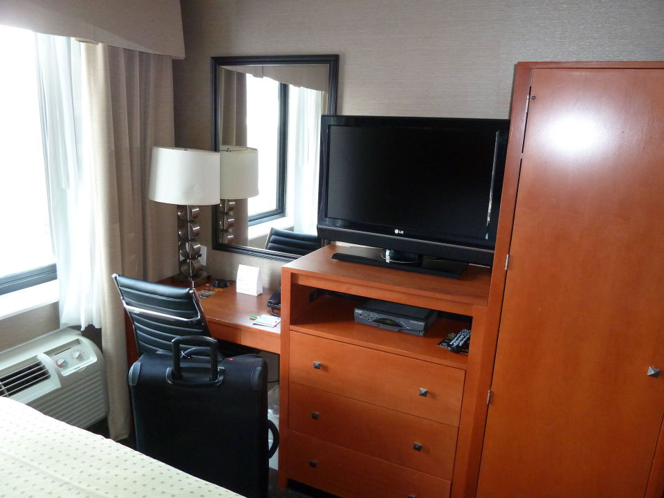 Bild tv und schreibtisch zu hotel holiday inn manhattan for Schreibtisch york