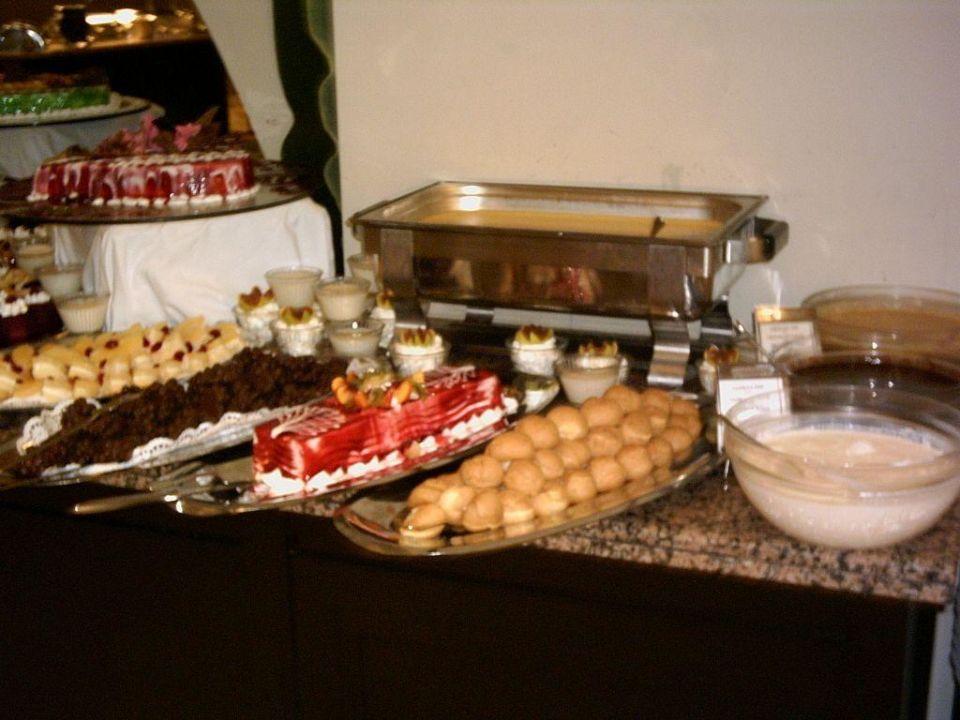 Teil des Süßspeisenbuffets im Hotel Turquoise Turquoise Hotel