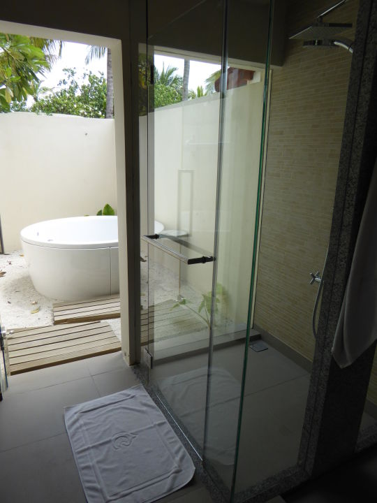 """Bild """"dusche mit außen jacuzzi deluxe beach front villa"""" zu ..."""