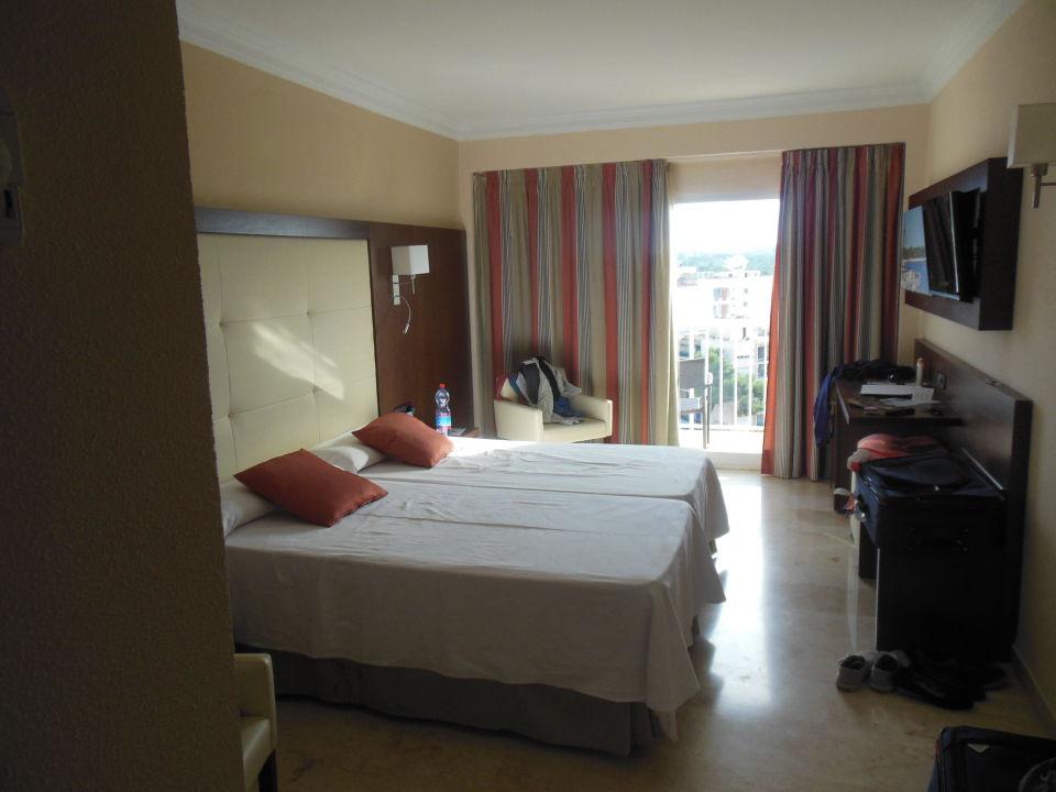 modern eingerichtetes zimmer hotel torre azul spa