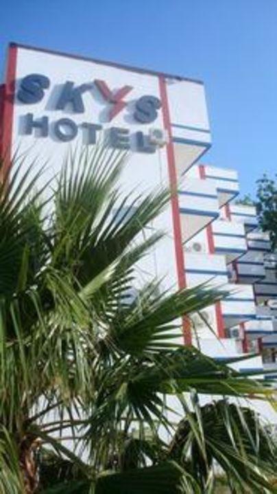 Skys Hotel von vorne Skys Hotel
