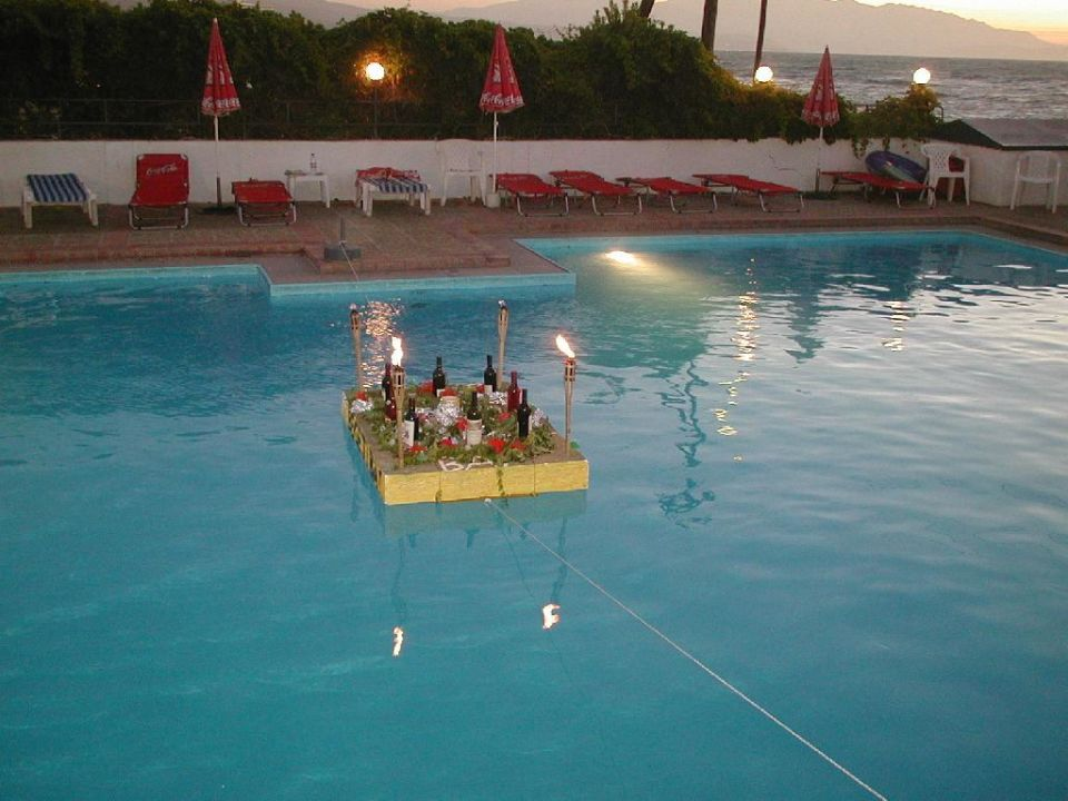 Pool am Folkloreabend Hotel Begeti Bay