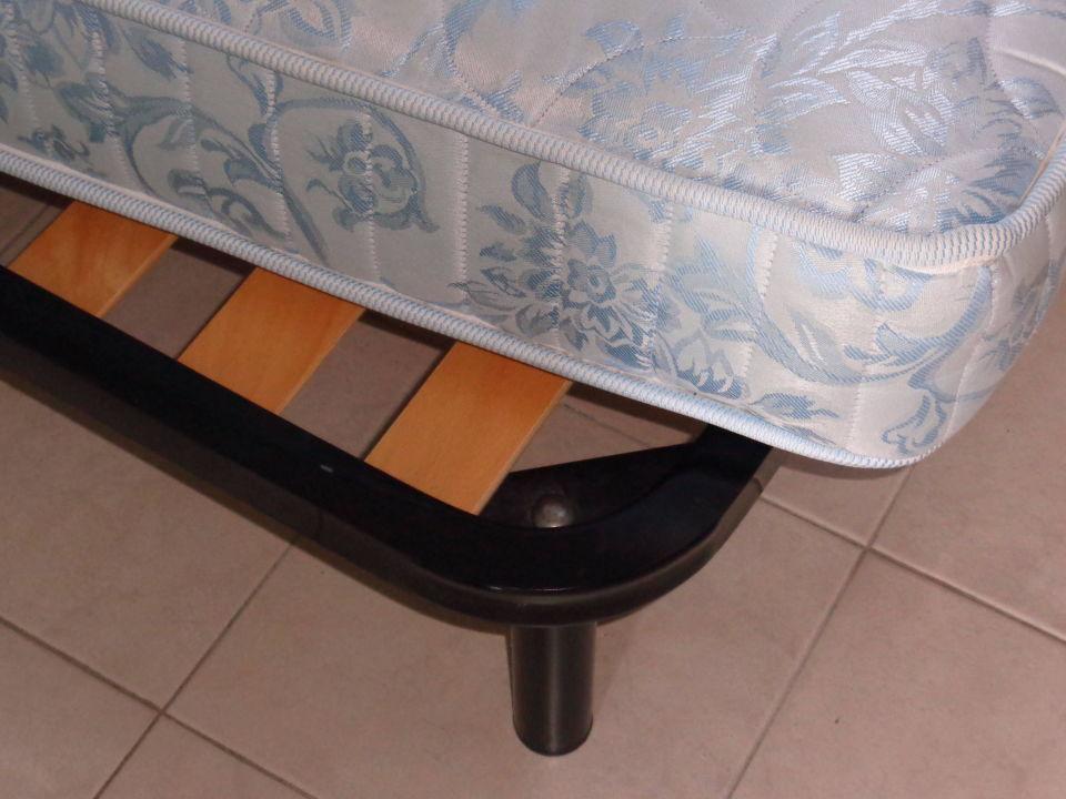 Das Bett , sehr einfach ,Lattenrost und Matratze Gasparina Village