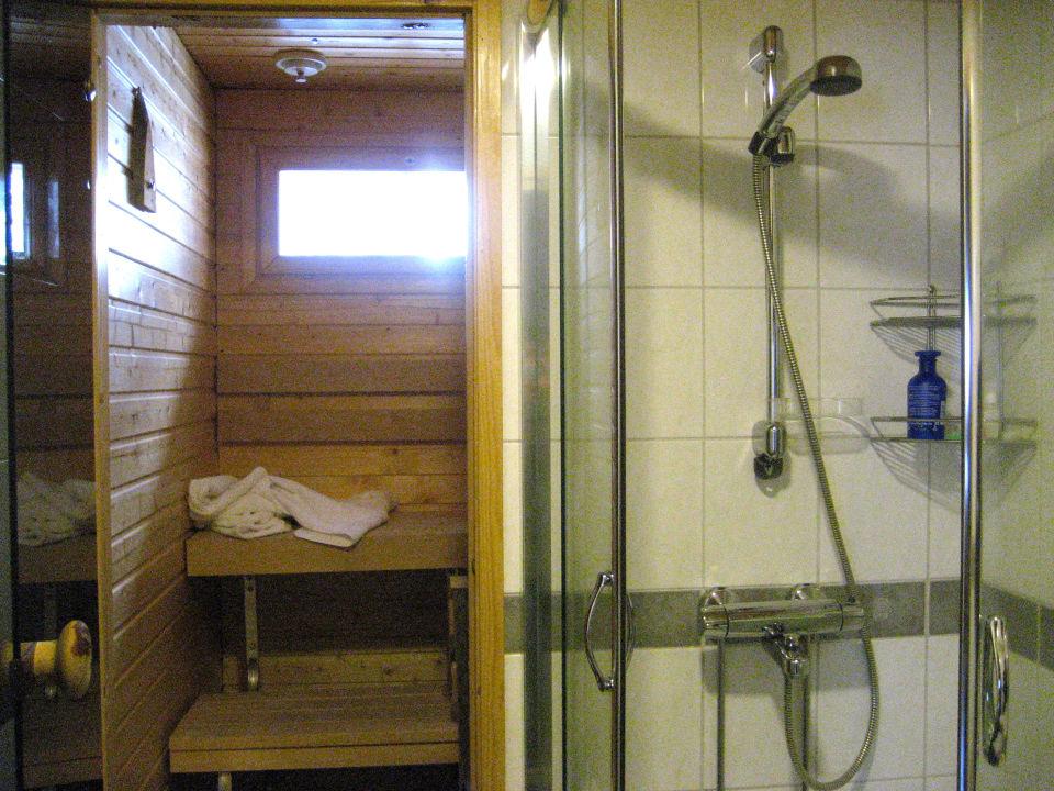 Kleines Badezimmer mit kleiner Sauna\
