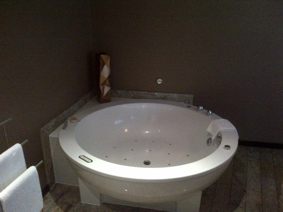 blick auf den riesigen whirlpool junior suite east hotel hamburg holidaycheck hamburg. Black Bedroom Furniture Sets. Home Design Ideas