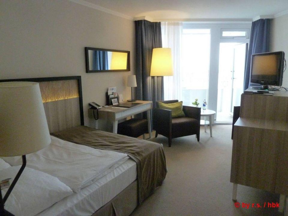 Blick ins Zimmer, in Richtung Balkon Hotel Neptun