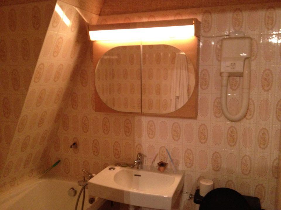 Bild salle de bain zu hotel de la poste in saulieu for Kit salle de bain hotel