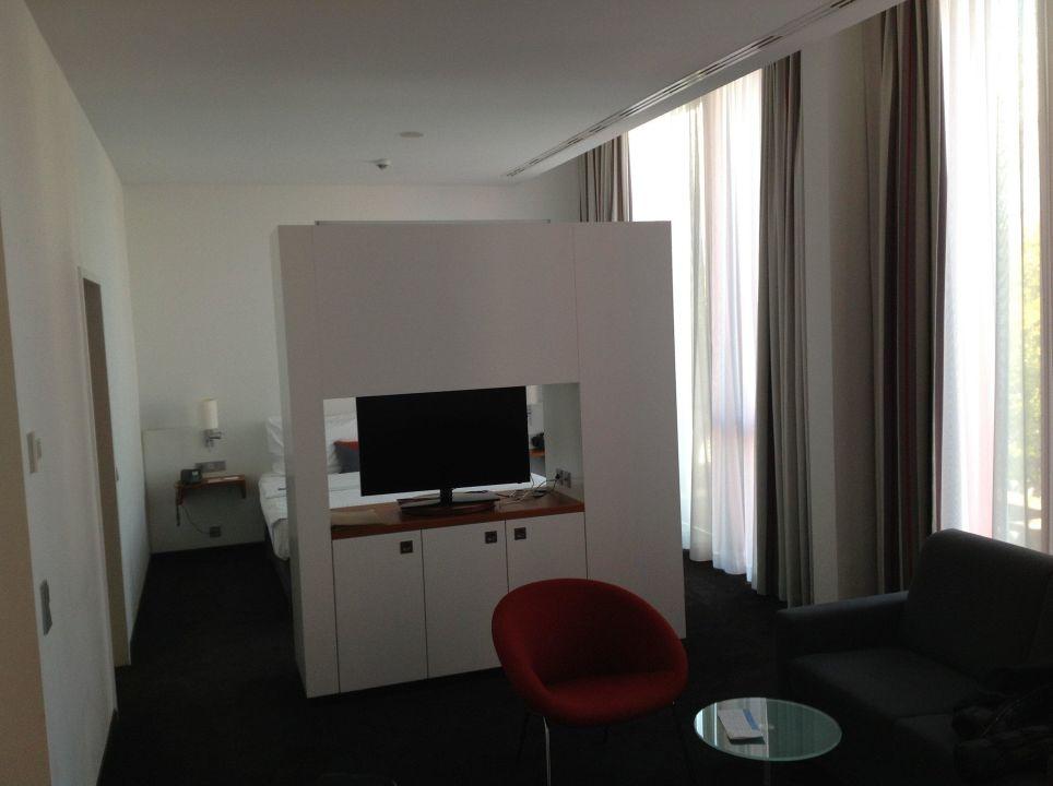 Blick Richtung Bett Schwenkbarer Fernseher Hotel Hilton Garden Inn