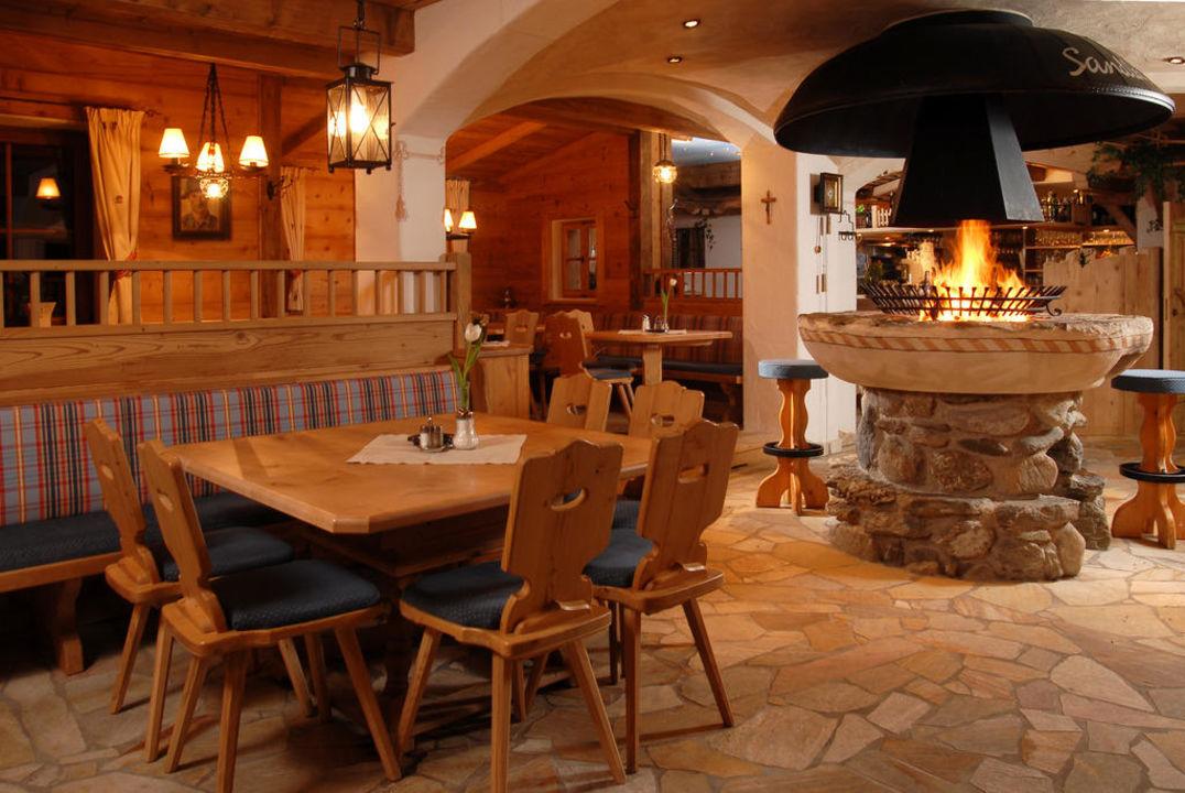 Gemütliches Stüberl mit Bar und offenem Kamin Berghotel Sonnhof