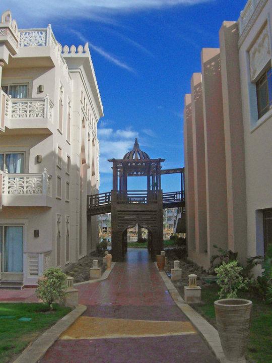 Blick vom Spabereich durch die Wohngebäude Albatros Palace Resort