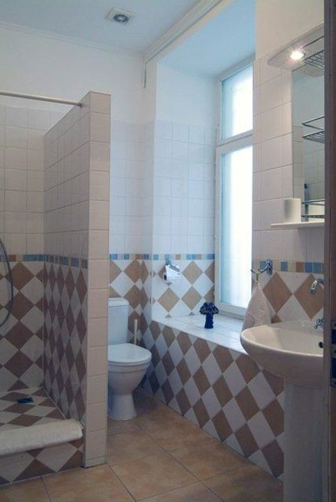 grosses bad wc mit fenster zum hof german b b sankt petersburg holidaycheck. Black Bedroom Furniture Sets. Home Design Ideas
