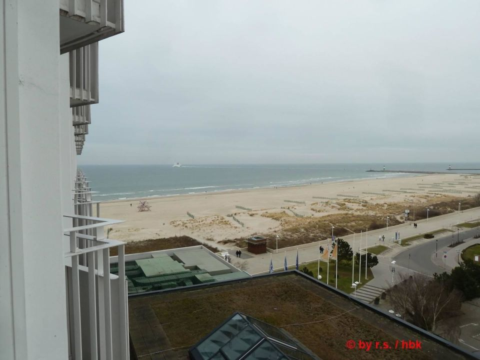 Blick am Hotel entlang zum Strand Hotel Neptun
