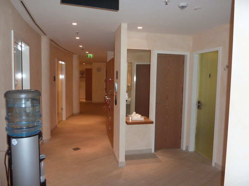 gang zur sauna umkleiden steigenberger hotel de saxe dresden holidaycheck sachsen. Black Bedroom Furniture Sets. Home Design Ideas