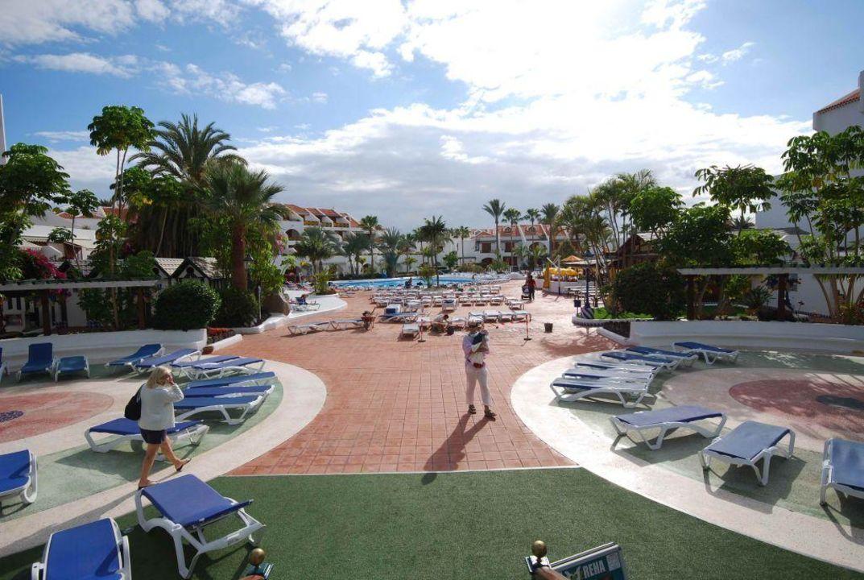 Bruchteil der poolanlage apartamentos parque santiago 3 playa de las americas holidaycheck - Apartamentos parque santiago ...