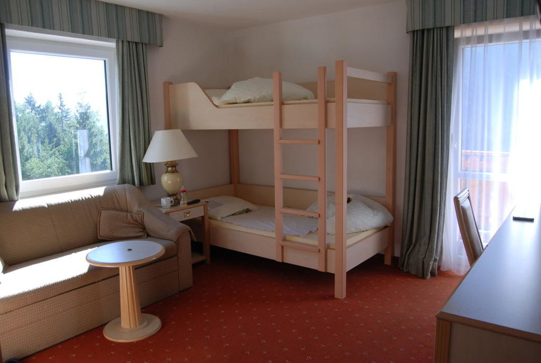 Unser kinderzimmer mit stockbett hotel lavenar in for Kinderzimmer 7 5 m2