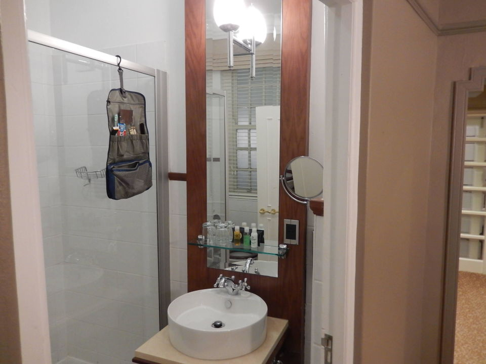Das Bad mit Dusche ist groß genug und komfortabel Hotel Winchester Mansions