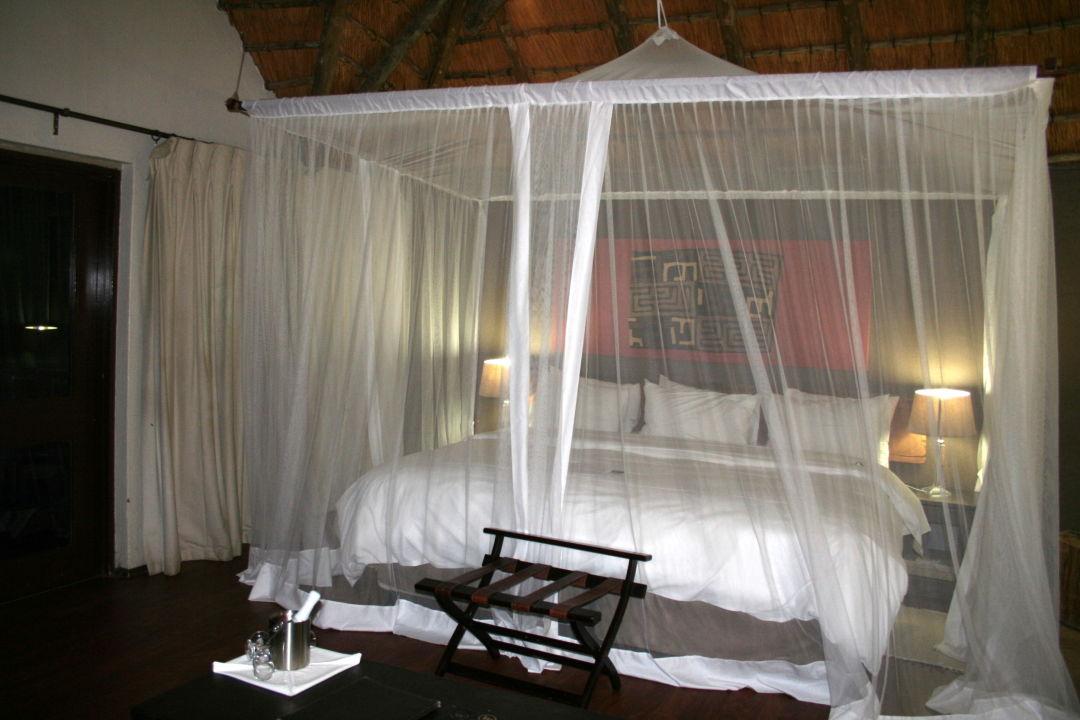 Das tolle riesengrosse Bett mit Moskitonetz Bongani Mountain Lodge