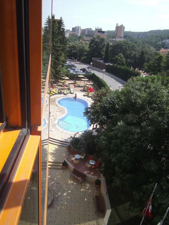 Blick auf Pool vor dem Hotel PrimaSol Sunlight Sunrise